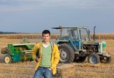 Agricoltore nel campo durante l'imballaggio Fotografia Stock Libera da Diritti