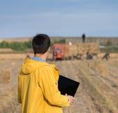Agricoltore nel campo durante l'imballaggio Immagini Stock Libere da Diritti
