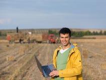 Agricoltore nel campo durante l'imballaggio Immagini Stock