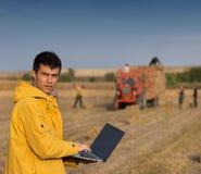 Agricoltore nel campo durante l'imballaggio Immagine Stock
