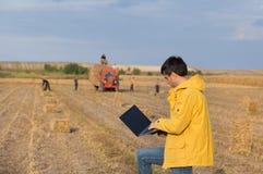 Agricoltore nel campo durante l'imballaggio Fotografia Stock