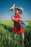 Agricoltore nel campo verde Fotografie Stock