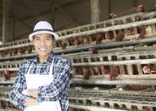 Agricoltore nell'azienda agricola di pollo Fotografia Stock
