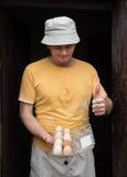 Agricoltore nell'iarda del pollame Fotografia Stock Libera da Diritti