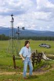 Agricoltore nell'ovest, funzionamento del bestiame dell'uomo Immagine Stock