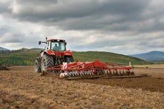Agricoltore nella preparazione del trattore Immagine Stock