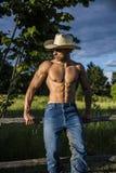Agricoltore o cowboy sexy accanto al giacimento del fieno Fotografie Stock