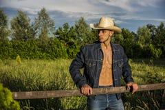 Agricoltore o cowboy sexy con la camicia sbottonata Immagini Stock Libere da Diritti