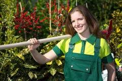 Agricoltore o giardiniere che posa con la pala in giardino Fotografia Stock Libera da Diritti