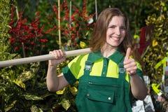 Agricoltore o giardiniere che posa con la pala in giardino Immagini Stock