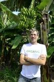 Agricoltore organico davanti al bananeto Fotografie Stock