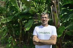 Agricoltore organico davanti al bananeto Fotografia Stock Libera da Diritti