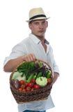 Agricoltore per raccogliere le verdure nel canestro Immagine Stock