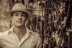 Agricoltore Portrait davanti ad una parete in pieno degli strumenti Fotografie Stock