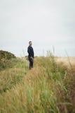 Agricoltore premuroso che sta nel campo Fotografia Stock