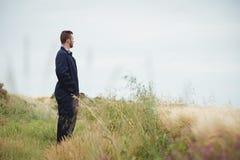 Agricoltore premuroso che sta nel campo Fotografie Stock Libere da Diritti