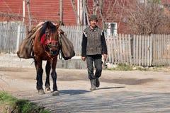 Agricoltore rumeno con il cavallo Fotografia Stock
