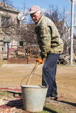 Agricoltore russo con il secchio e la pala Fotografia Stock