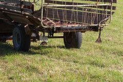 agricoltore senior che rivolta il fieno con un vecchio trattore Fotografie Stock