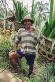 Agricoltore senior che sta nella sua azienda agricola Fotografie Stock Libere da Diritti