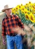 Agricoltore senior che sta in un campo Immagine Stock Libera da Diritti
