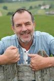 Agricoltore senior sorridente felice nei campi Fotografie Stock Libere da Diritti