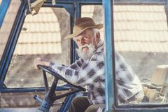 Agricoltore senior su un trattore Immagini Stock