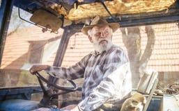 Agricoltore senior su un trattore Immagine Stock