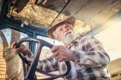 Agricoltore senior su un trattore Fotografia Stock