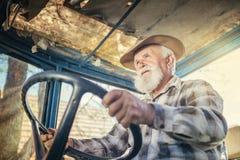 Agricoltore senior su un trattore Fotografie Stock Libere da Diritti