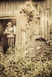 Agricoltore Shoveling il concime del cavallo Immagini Stock Libere da Diritti