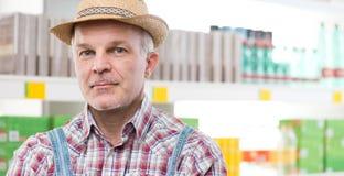 Agricoltore sicuro al supermercato Fotografie Stock Libere da Diritti