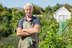 Agricoltore soddisfatto in giardino Fotografia Stock