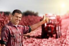 Agricoltore soddisfatto nel campo Fotografia Stock