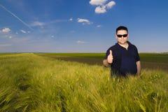 Agricoltore soddisfatto nel campo Immagine Stock
