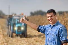 Agricoltore soddisfatto su terreno coltivabile Fotografie Stock Libere da Diritti