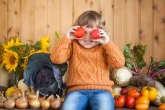 Agricoltore sorridente adorabile del bambino con il raccolto di autunno Fotografia Stock Libera da Diritti