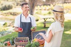 Agricoltore sorridente che discute con un cliente biondo Fotografia Stock Libera da Diritti