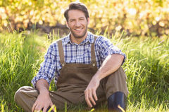 Agricoltore sorridente che esamina la macchina fotografica Immagini Stock Libere da Diritti