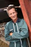 Agricoltore sorridente che fa una pausa il granaio Immagini Stock
