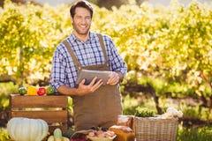 Agricoltore sorridente che per mezzo di una compressa digitale Immagini Stock Libere da Diritti