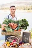 Agricoltore sorridente che tiene un canestro delle verdure Immagini Stock Libere da Diritti