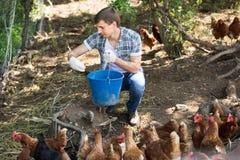 Agricoltore sorridente dell'uomo sull'azienda avicola all'aperto Fotografia Stock