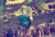 Agricoltore sorridente dell'uomo sull'azienda avicola all'aperto Immagine Stock