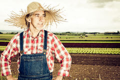 Agricoltore Standing In Front Of His Field Fotografia Stock Libera da Diritti