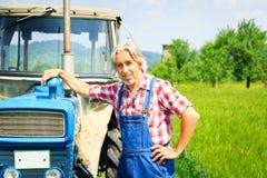 Agricoltore Standing In un campo Immagini Stock