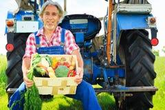 Agricoltore Standing In un campo Immagini Stock Libere da Diritti