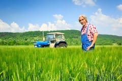 Agricoltore Standing In un campo Fotografia Stock Libera da Diritti
