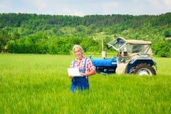 Agricoltore Standing In un campo Fotografia Stock