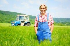 Agricoltore Standing In un campo Fotografie Stock Libere da Diritti